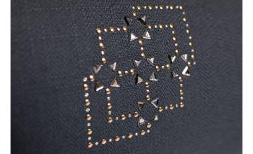 Sebastian Suite nos muestra la elegancia con este cojín con cristales de Swarovski